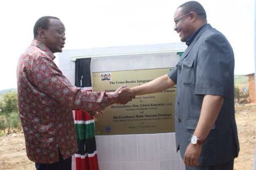 <em>President Kenyatta of Kenya and Prime Minister Hailemariam Desalegn  lay the foundation for the Kenya-Ethiopia cross bord