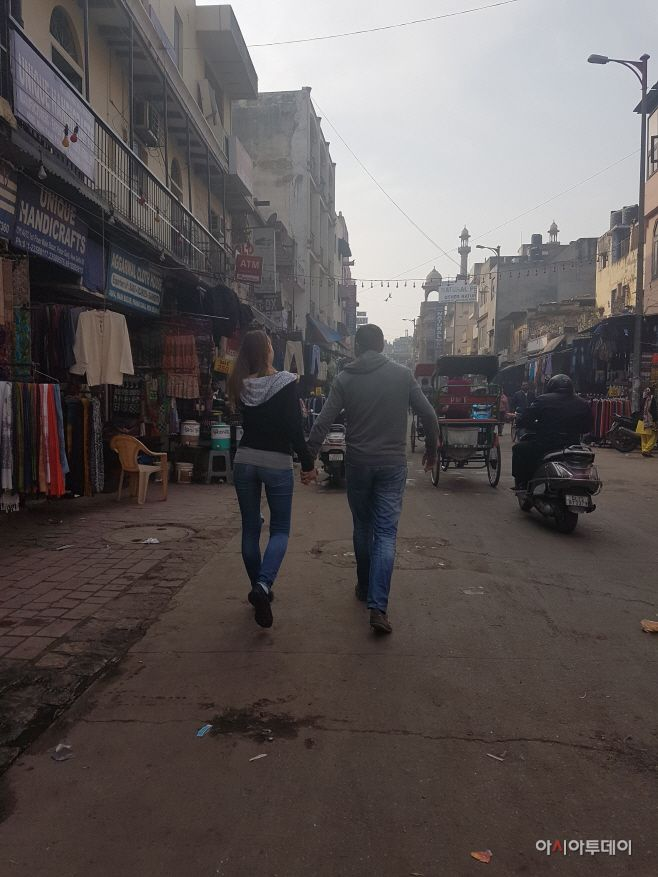 Foreign tourists are on the way in Paharganj, New Delhi, India./ Photographed by Jeong In-seo