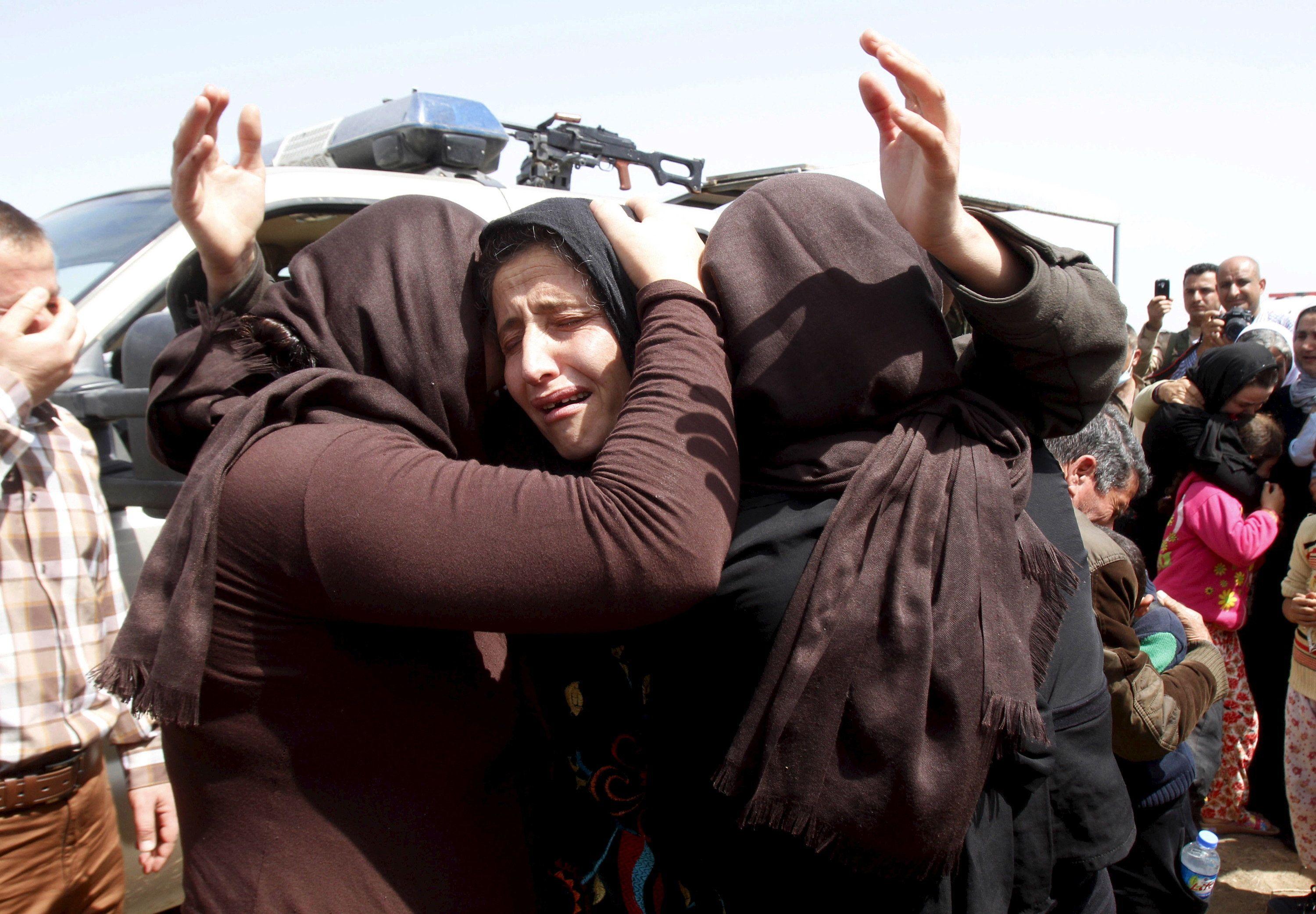 Members of the minority Yazidi sect who were newly released hug each other on the outskirts of Kirkuk April 8, 2015. More than 200 elderly and infirm Yazidis were freed on Wednesday by Islamic State militants who had been holding them captive since overruning their villages in northwestern Iraq last summer. REUTERS/Ako Rasheed  TPX IMAGES OF THE DAY
