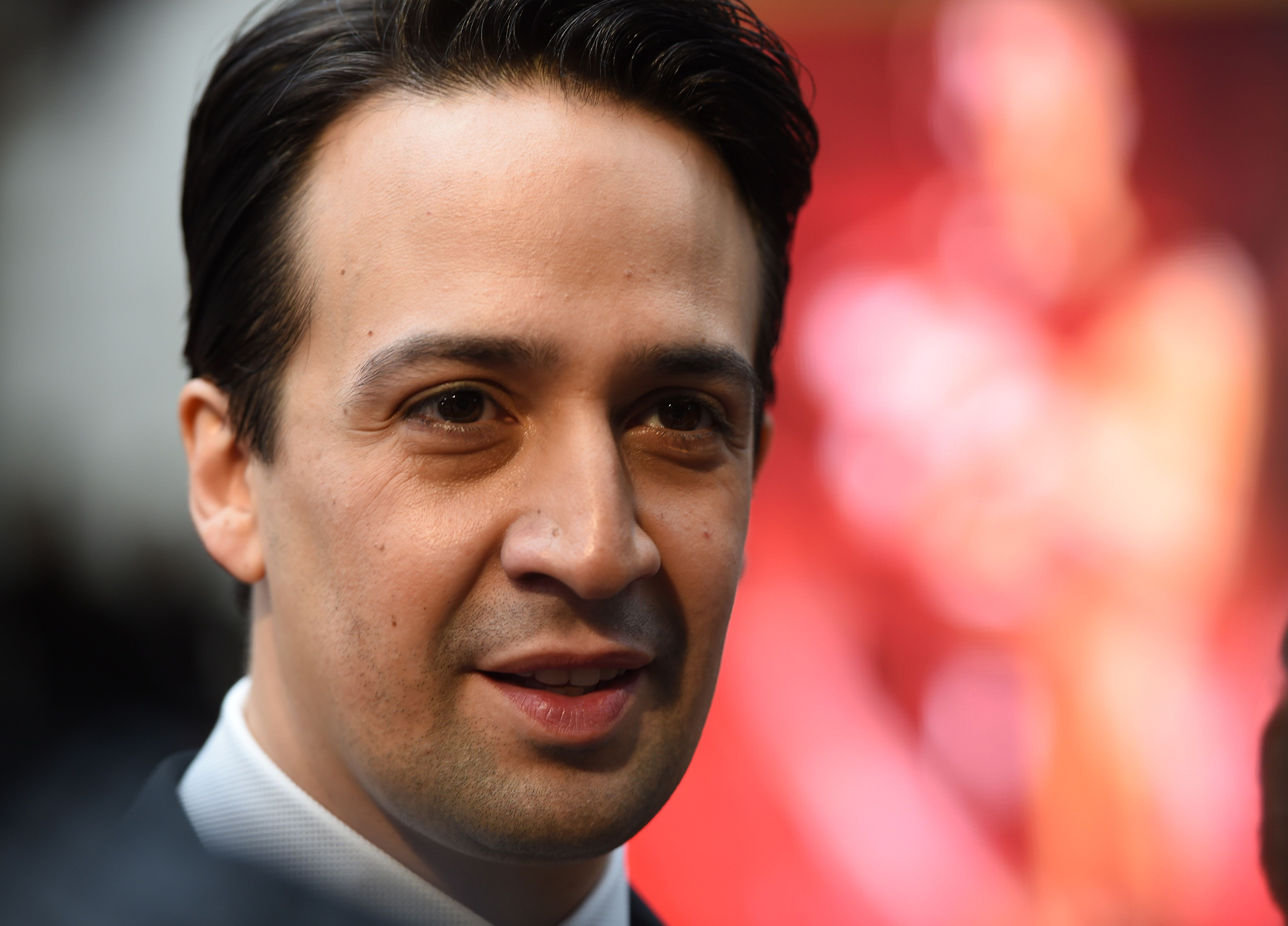 Lin-Manuel Miranda arrives on the red carpet for the 89th Oscars on February 26, 2017 in Hollywood, California.  / AFP / Robyn BECK        (Photo credit should read ROBYN BECK/AFP/Getty Images)