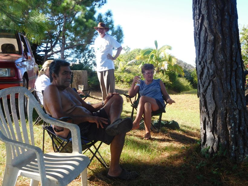 <strong>FLETCHER CHRISTIAN'S SEVENTH GENERATION DESCENDANT, STEVE CHRISTIAN (SEATED)</strong>