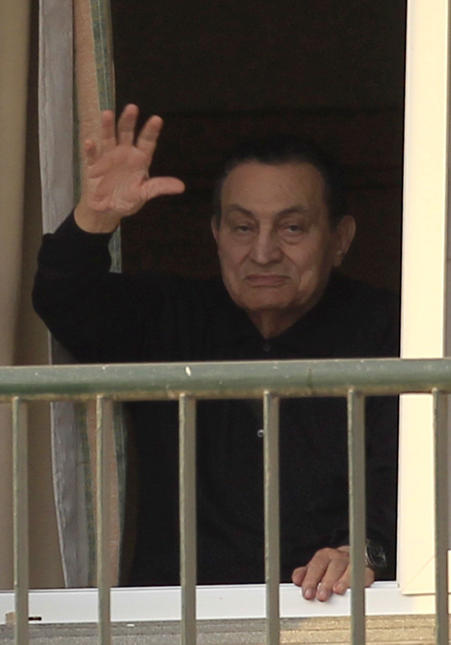 Ousted Egyptian president Hosni Mubarak waves to his supporters outside the area where he is hospitalized during his birthday at Maadi military hospital on the outskirts of Cairo May 4, 2015. REUTERS/Mohamed Abd El Ghany