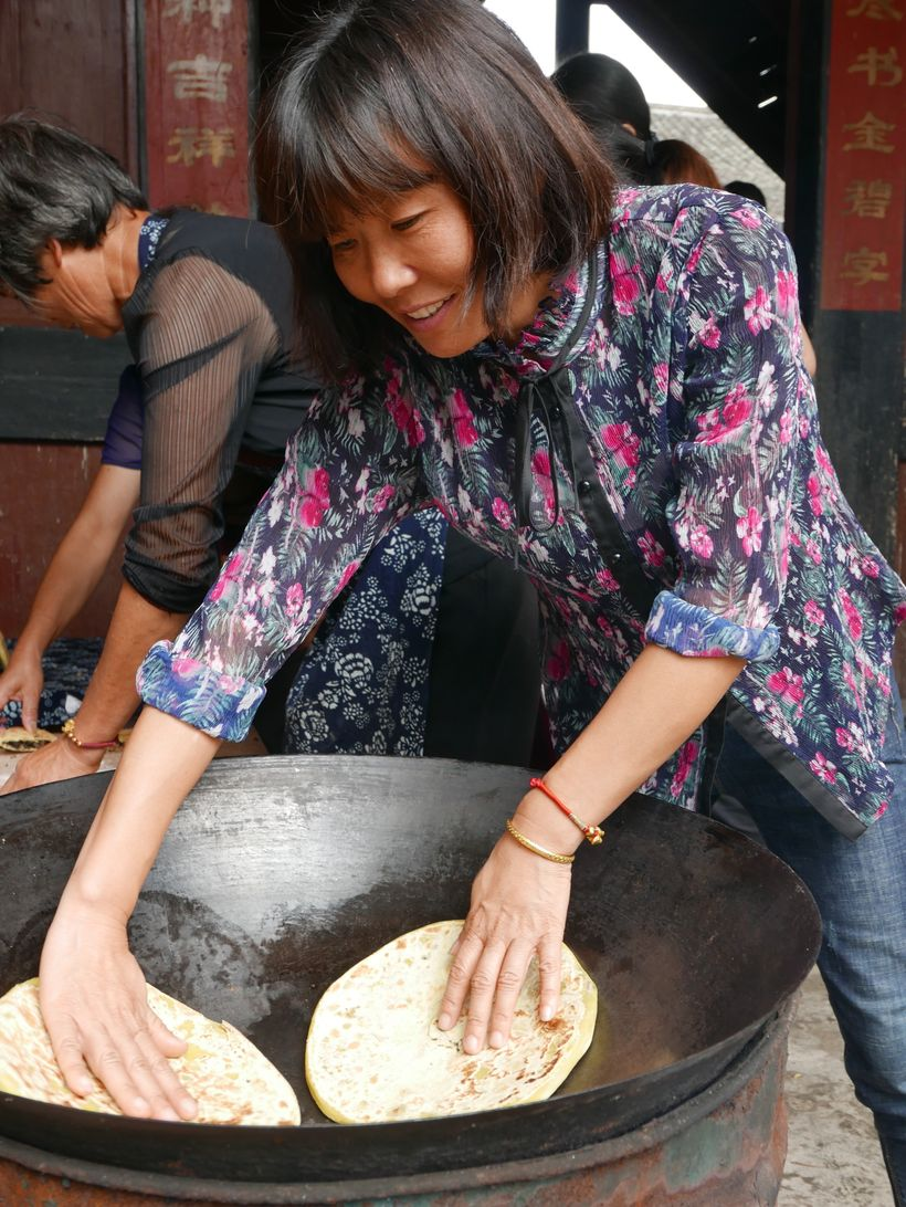 <strong>Cooking wheat cakes on the street.</strong>