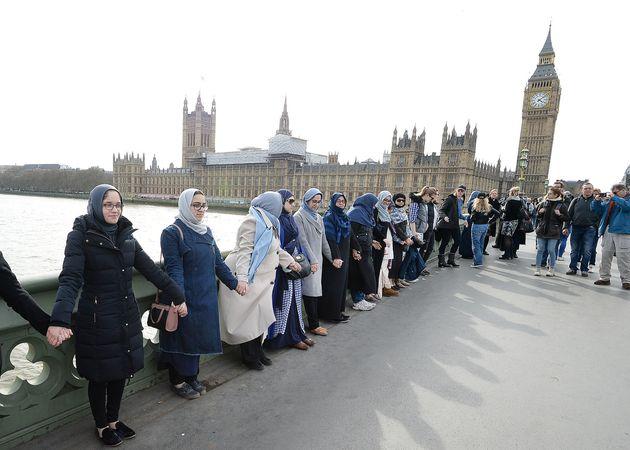 【ロンドンテロ事件】犯行現場にイスラム教徒の女性たちが集結「連帯を示すことが重要」