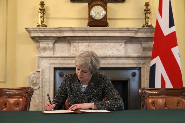 EU離脱を通告へ、メイ首相が書簡に署名 29日にリスボン条約50条が発動