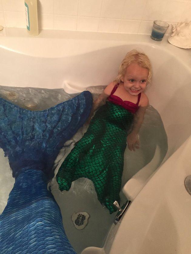 人魚のベビーシッターとお風呂。父を亡くしたばかりの少女が笑顔に