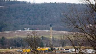 A Natural Gas rig operated by Chesapeake is pictured in Bradford County, Pennsylvania just outside the town of Wyalusing on January 13, 2013.  Wyalusing is located in the center of the Marcellus Shale, a deep repository of natural gas that runs through West Virginia, Ohio, Pennsylvania and New York, that the energy industry has aggressively sought to drill. Picture taken January 13, 2013.  REUTERS/Brett Carlsen (UNITED STATES  - Tags: ENERGY ENVIRONMENT SCIENCE TECHNOLOGY)
