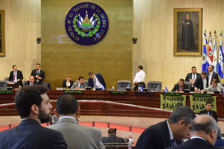 <p>Salvadoran Legislators Show Their Support for the Mining Ban Before Voting</p>