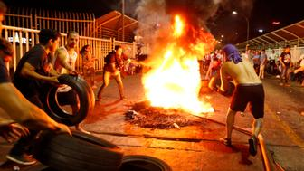 CIUDAD DEL ESTE, PARAGUAY - MARCH 31:  People set a fire with tires while protesting against the emendation to the Paraguayan Constitutition in favor of the Presidential Reelection promoted by the current President Horacio Cartes at Puente de la Amistad on March 31, 2017 in Ciudad del Este, Paraguay. (Photo by Paulo Lisboa/Brazil Photo Press/LatinContent/Getty Images)