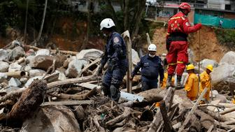 Rescuers look for bodies in a destroyed area after flooding and mudslides caused by heavy rains in Mocoa, Colombia April 2, 2017. REUTERS/Jaime Saldarriaga