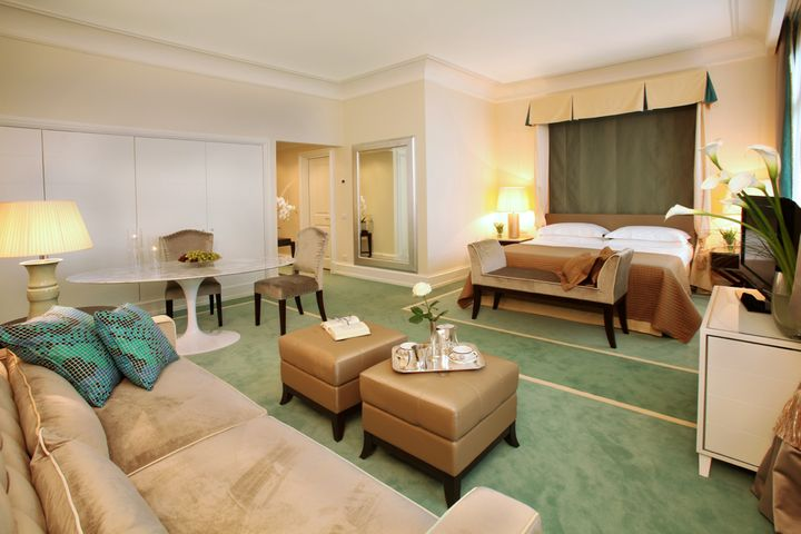 A junior suite: modern decor and old-fashioned draperies