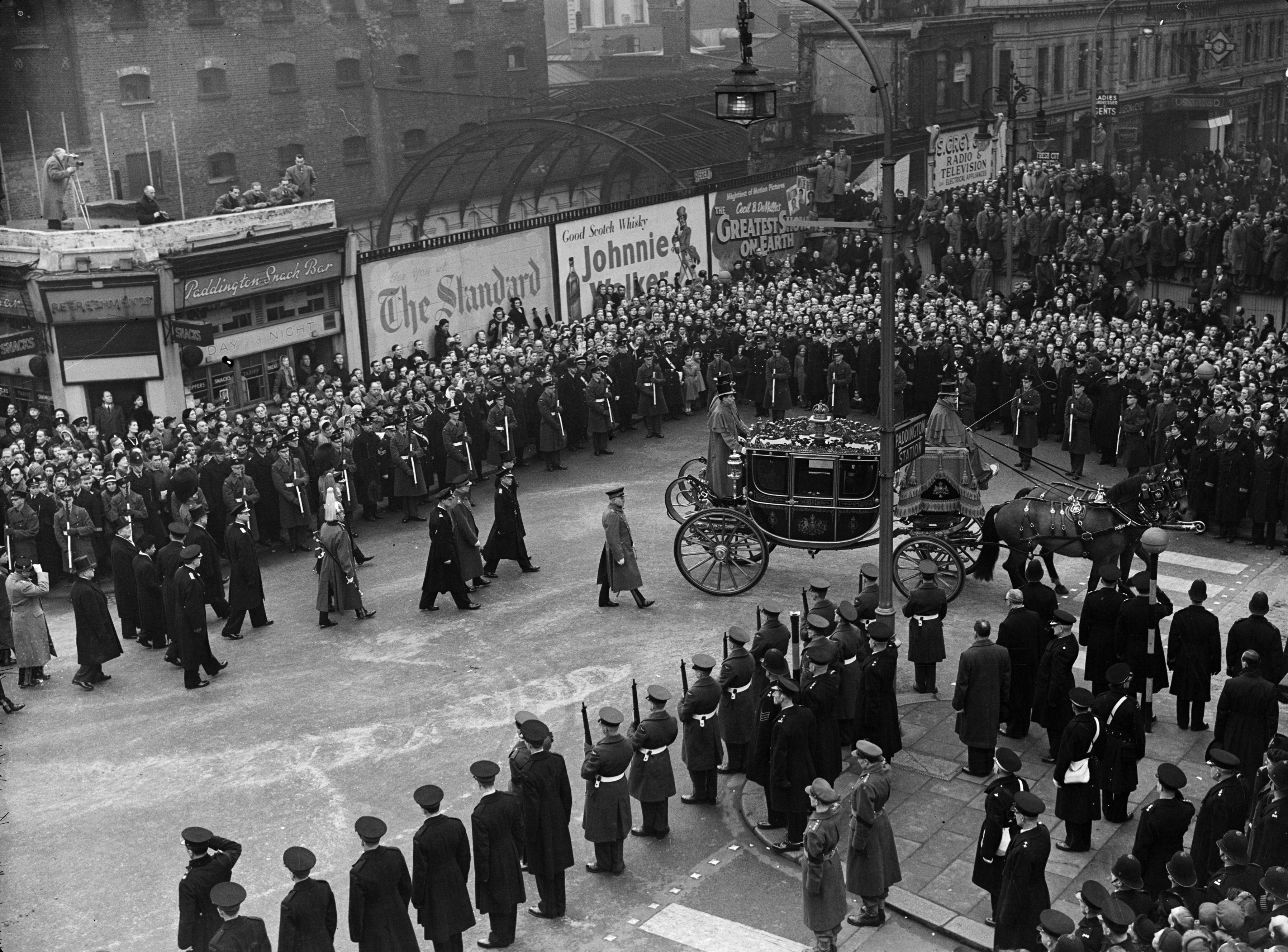 February 1952:  King George VI's funeral procession nears Paddington Station in London, where it will board a train to Windsor.  (Photo by Evening Standard/Getty Images)