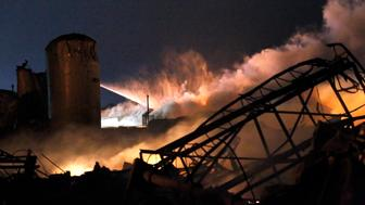 Smoke rises as water is sprayed at the burning remains of a fertilizer plant after an explosion at the plant in the town of West, near Waco, Texas early April 18, 2013. The deadly explosion ripped through the fertilizer plant late on Wednesday, injuring more than 100 people, leveling dozens of homes and damaging other buildings including a school and nursing home, authorities said.  REUTERS/Mike Stone   (UNITED STATES - Tags: DISASTER ENVIRONMENT AGRICULTURE)