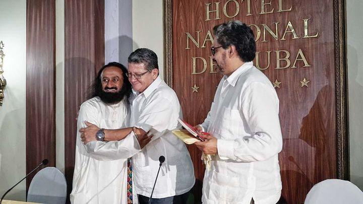 <p>Sri Sri Ravi Shankar greets Colombia's FARC Leaders, Iván Márquez and Pablo Catatumbo, in a peace-building mission. </p>