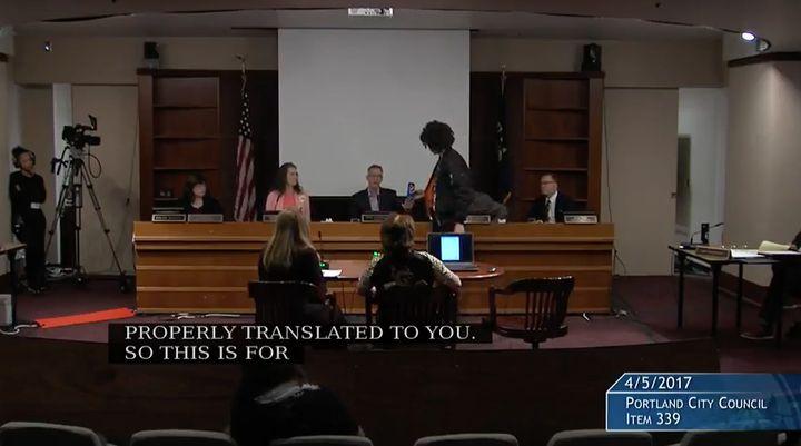 Seorang peserta diskusi memberikan Pepsi kepada Ted Wheeler, Wali Kota Oregon, Portlandia di tengah diskusi.