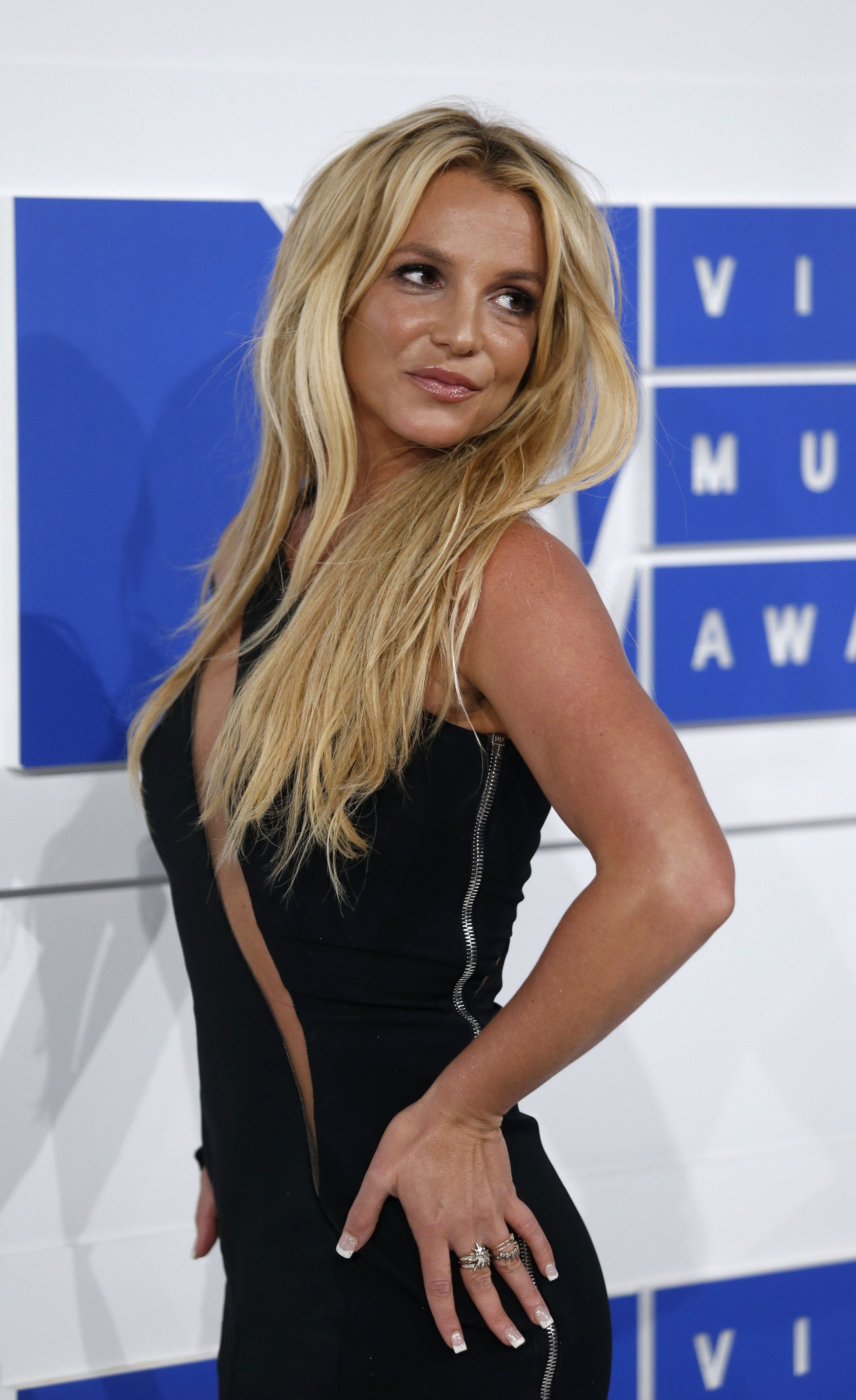 Singer Britney Spears arrives at the 2016 MTV Video Music Awards in New York, U.S., August 28, 2016.  REUTERS/Eduardo Munoz