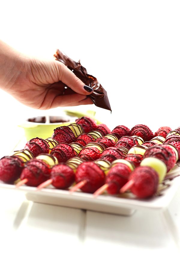 """<strong>Get the <a href=""""http://www.thehealthymaven.com/2015/12/chocolate-drizzled-christmas-fruit.html"""" target=""""_blank"""">Choc"""