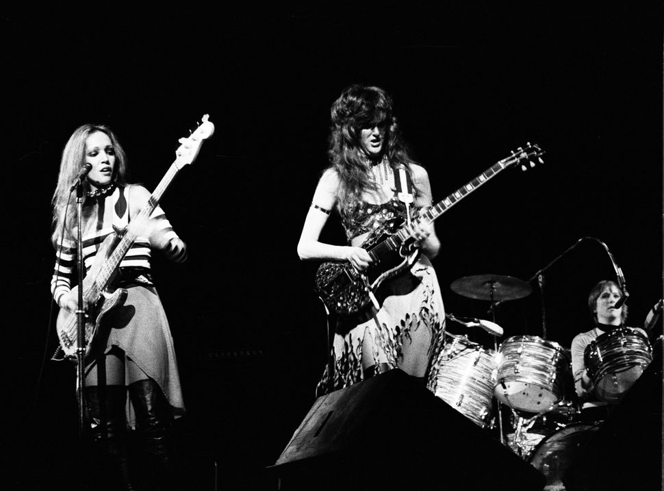 Jean Millington (L) and Patti Quatro perform during a Fanny show in 1974.