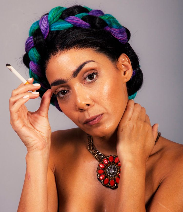 Andrea Dantas as Frida Kahlo.