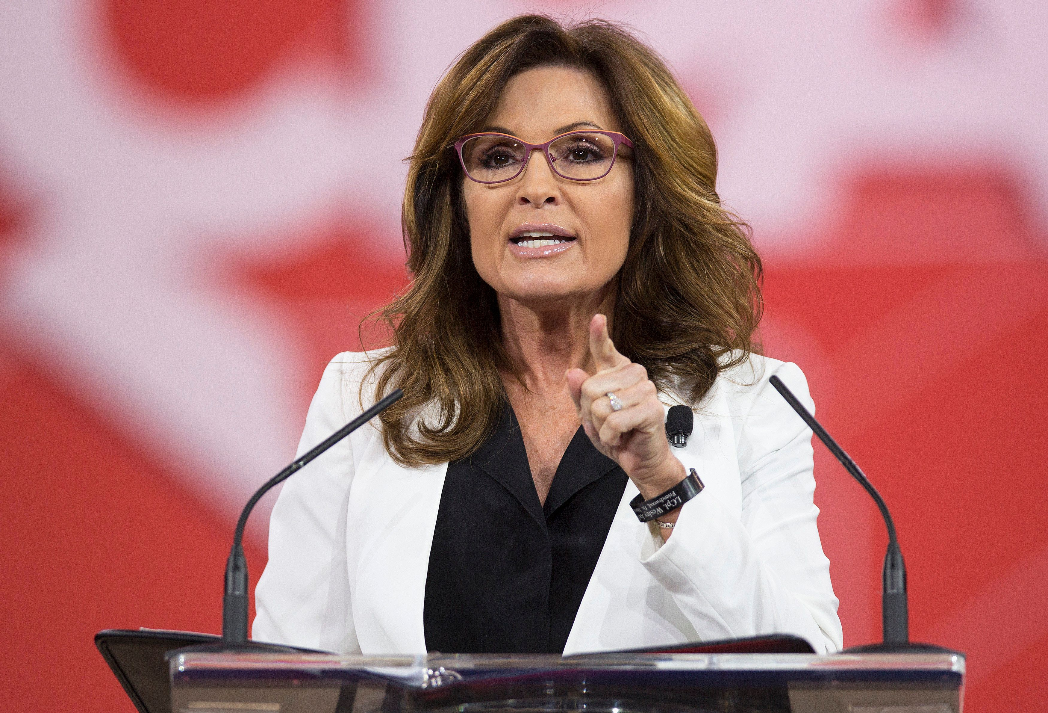 Former Republican Governor of Alaska Sarah Palin speaks at the 42nd annual Conservative Political Action Conference (CPAC) at National Harbor, Maryland February 26, 2015.      REUTERS/Joshua Roberts    (UNITED STATES - Tags: POLITICS)