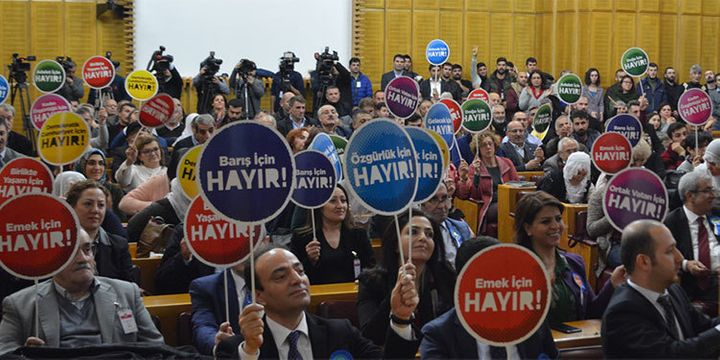 'No' signs at the parliamentary meeting of the HDP, 17 January 2017.