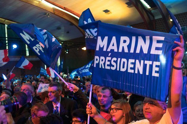 Simpatizantes de Le Pen comemoram sua vitória no primeiro turno das eleições da França.