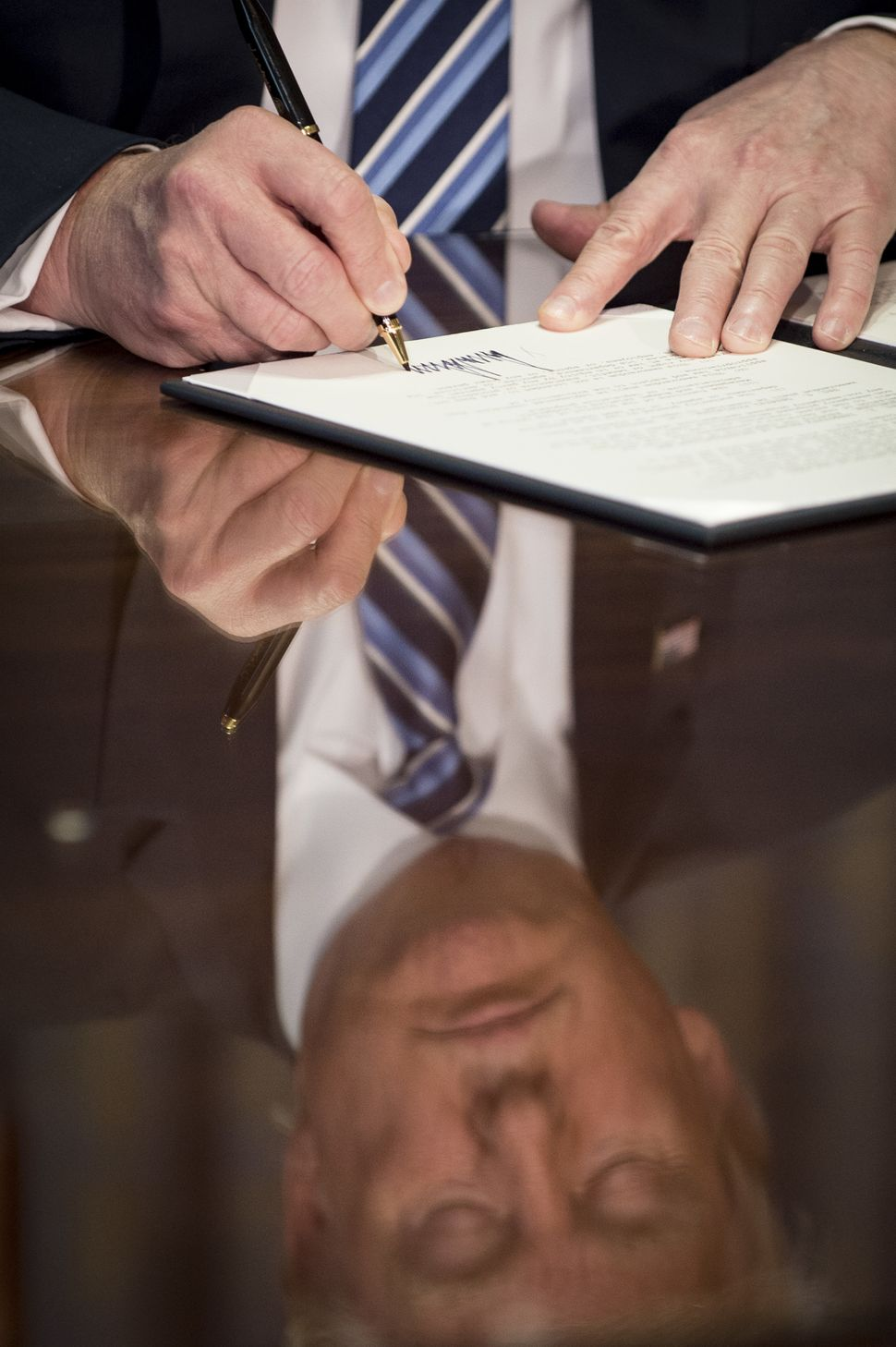 Trump signs an executive order on financial reform in Washington, D.C., on April 21, 2017.