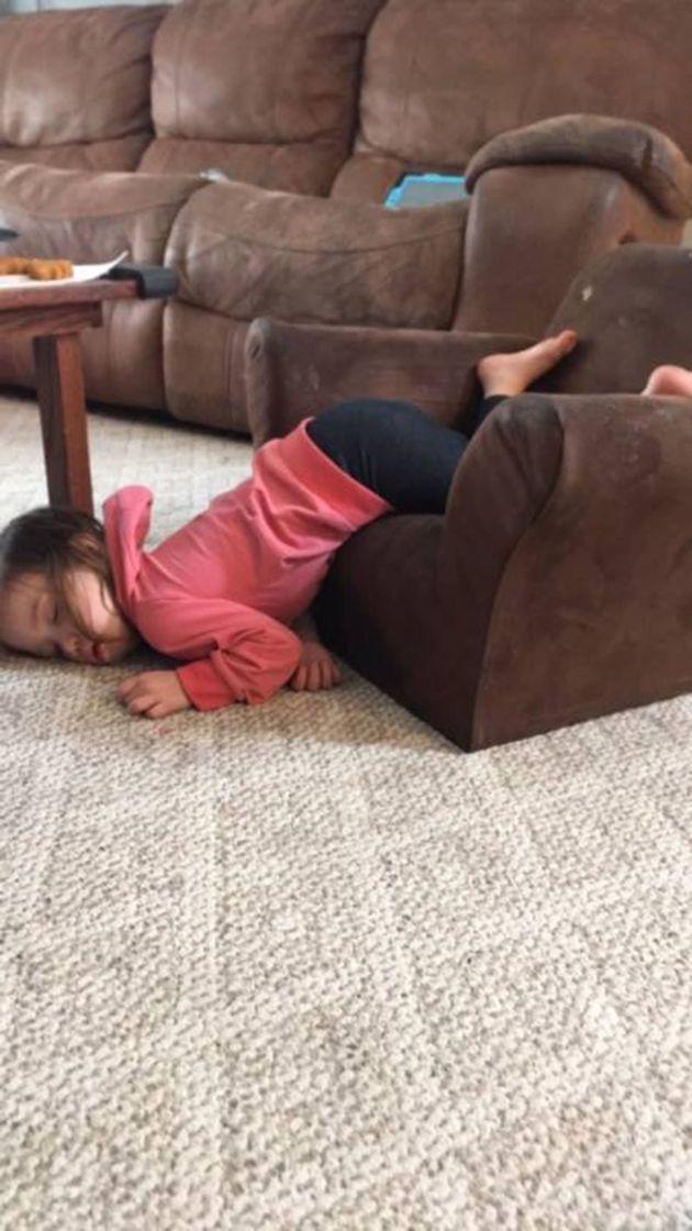 37 fotos de niños que decidieron dormir la siesta donde mejor les