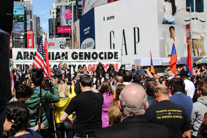<strong>CROWD AT ARMENIAN GENOCIDE RALLY IN TIMES SQUARE</strong>