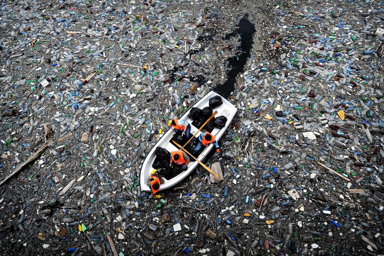 Bilhões de toneladas de resíduos de plástico vão parar todos os anos em vias navegáveis, como nesta barragem...