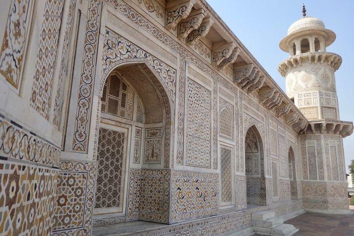 <p><em>Tomb of I'timād-ud-Daulah in Agra.</em></p>