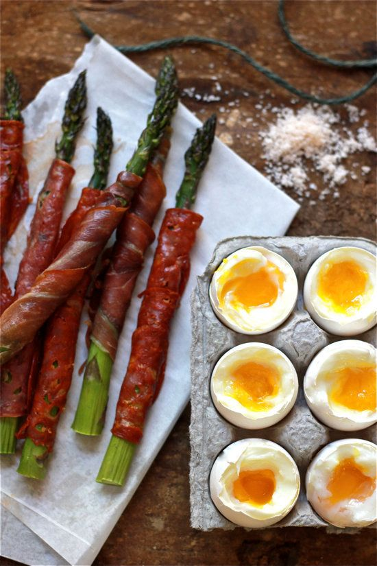 "<strong>Get the <a href=""http://www.theclevercarrot.com/2013/06/soft-boiled-eggs-with-asparagus-soldiers/"" target=""_blank"">So"