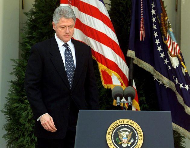 O presidente Bill Clinton se prepara para ler uma declaração na Casa Branca depois de o Senado ter votado por sua absolvição, em 12 de fevereiro de 1999. Clinton pediu desculpas por seus atos que levaram ao processo de impeachment.