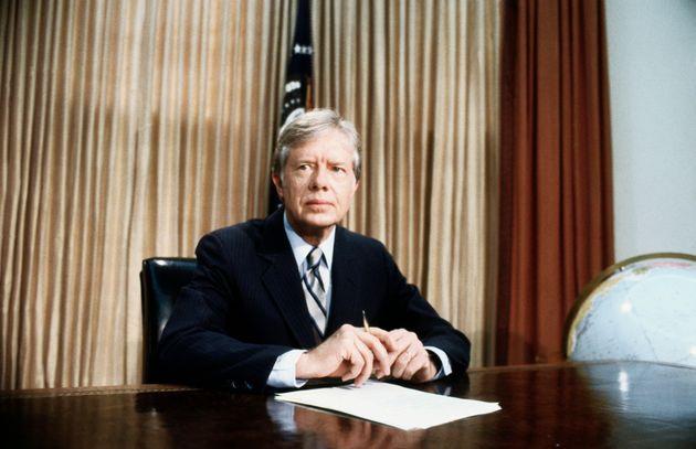 Com expressão sombria, o presidente Jimmy Carter, no Salão Oval, fala sobre o esforço fracassado de resgatar 53 reféns americanos do Irã, em 25 de abril de 1980.