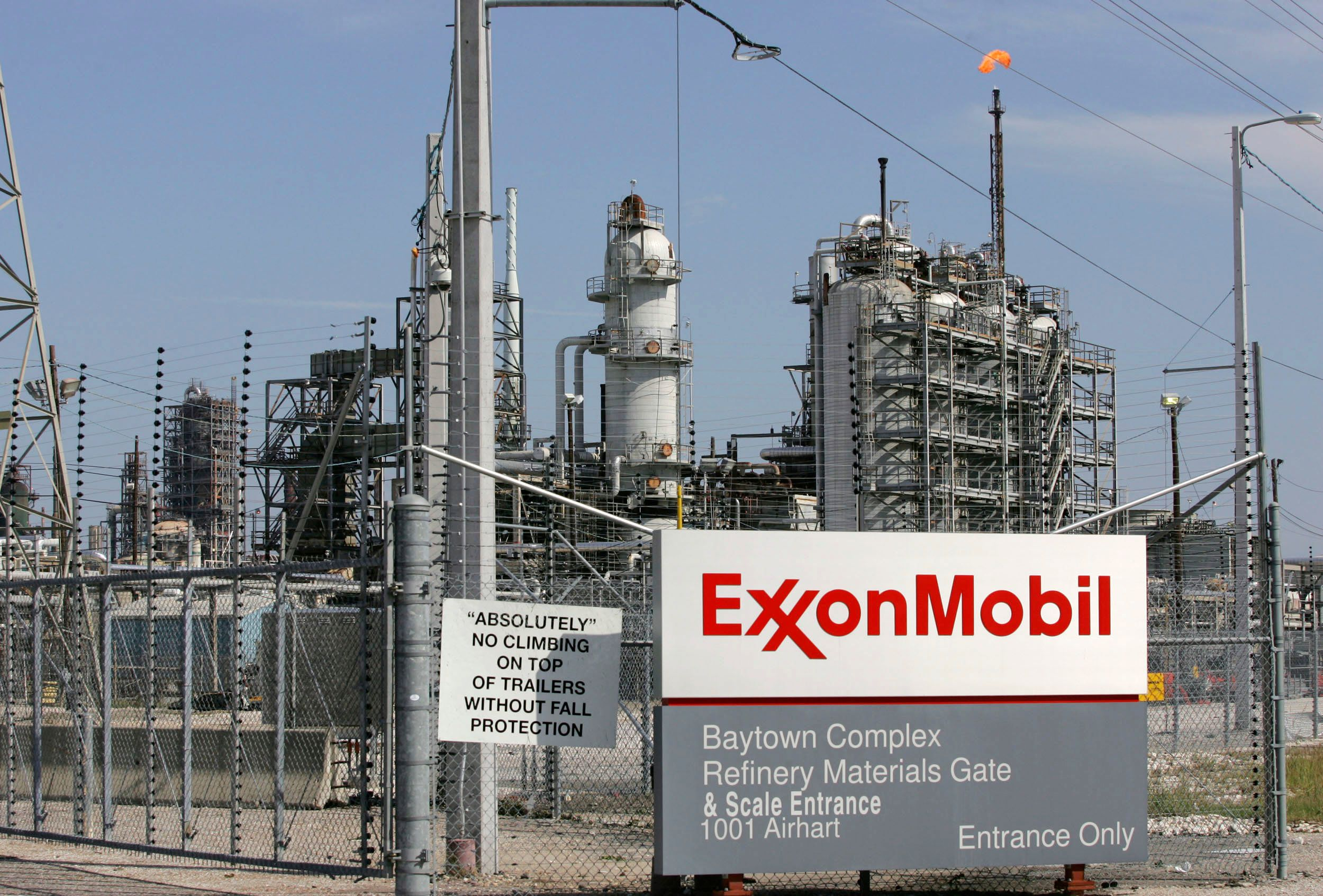 A view of the Exxon Mobil refinery in Baytown, Texas September 15, 2008. A big chunk of U.S. energy production shuttered by Hurricane Ike could recover quickly amid early indications the storm caused only minor to moderate damage to platforms and coastal refineries. REUTERS/Jessica Rinaldi (UNITED STATES)