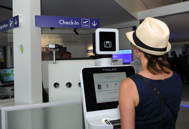 アメリカの空港で、生体認証システムによる個人データ収集がさらに拡充される