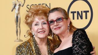 Actress Debbie Reynolds poses with her daughter actress Carrie Fisher backstage after accepting her Lifetime Achievement award at the 21st annual Screen Actors Guild Awards in Los Angeles, California January 25, 2015.  REUTERS/Mike Blake (UNITED STATES - Tags: ENTERTAINMENT) (SAGAWARDS-BACKSTAGE)