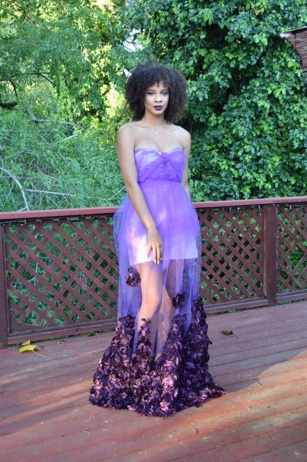 Esta estudiante se hace un vestido para el baile de graduación en cinco