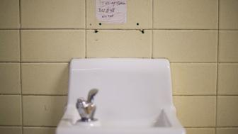 A placard posted above a water fountain warns against drinking the water at Flint Northwestern High School in Flint, Michigan, May 4, 2016, where US President Barack Obama met with locals for a neighborhood roundtable on the drinking water crisis. / AFP / Jim Watson        (Photo credit should read JIM WATSON/AFP/Getty Images)