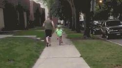 Ella estaba aprendiendo a montar en bici, pero su hermana pequeña la eclipsó por