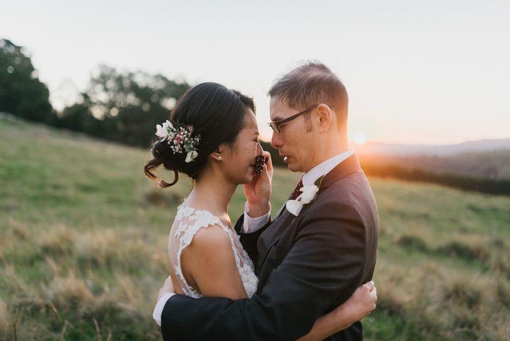 Le couple partage des larmes de joie (James Day Photography)