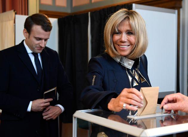 Trogneux deposita seu voto na urna em estação eleitoral de Le Touquet, França, em 7 de maio de 2017.