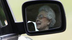 La reina de Inglaterra conduce su Jaguar para ir a