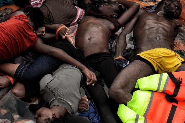 Los cuerpos de refugiados y migrantes que murieron en un barco en el mar Mediterráneo, al norte de Libia, el 5 de octubre de 2016. Foto:  Aris Messinis, vía Getty Images.