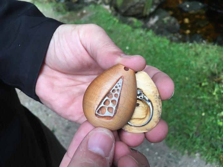 Cincin itu tersembunyi di dalam kalung itu selama lebih dari setahun.