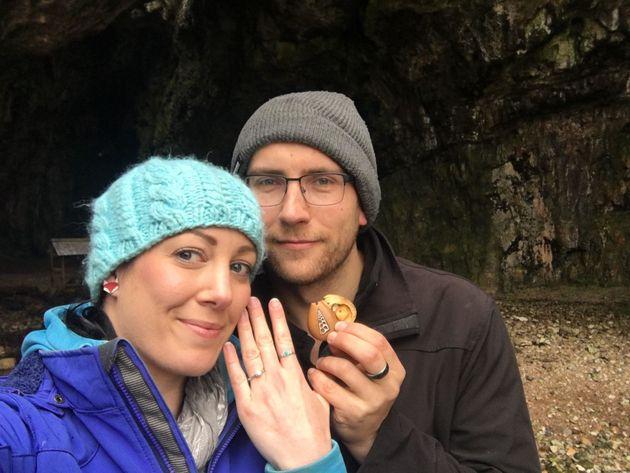 Una mujer llevó su anillo de compromiso al cuello durante un año sin