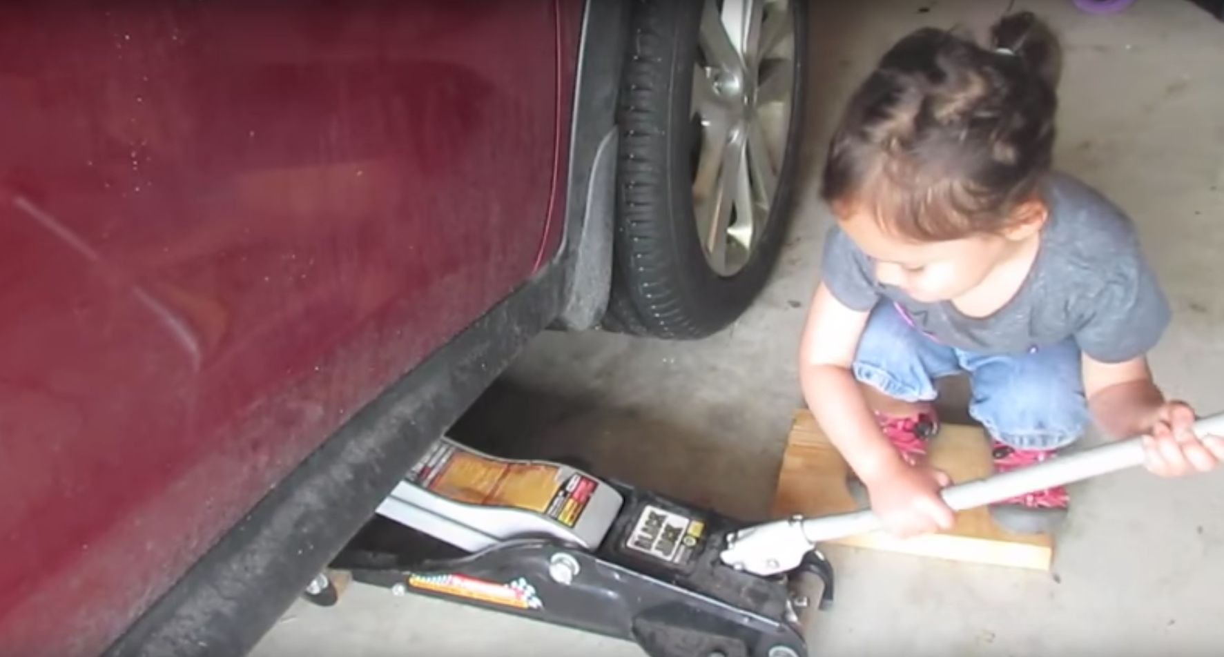 Girl Puts Us All To Shame With Her Mechanic Skills, As She Changes Her Dad's Car
