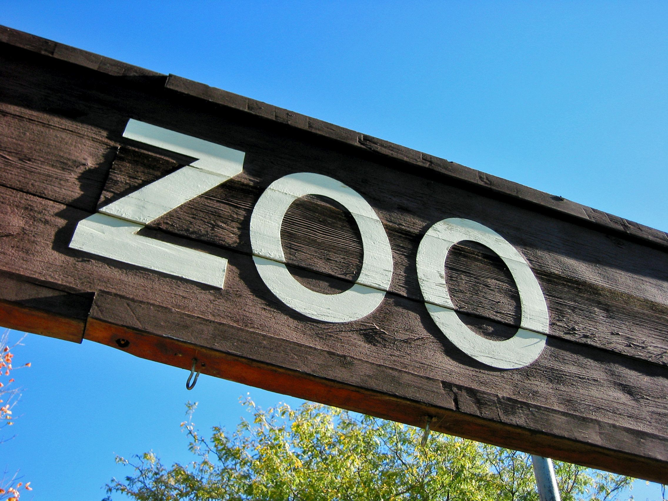 A sign over the entrance to the zoo.