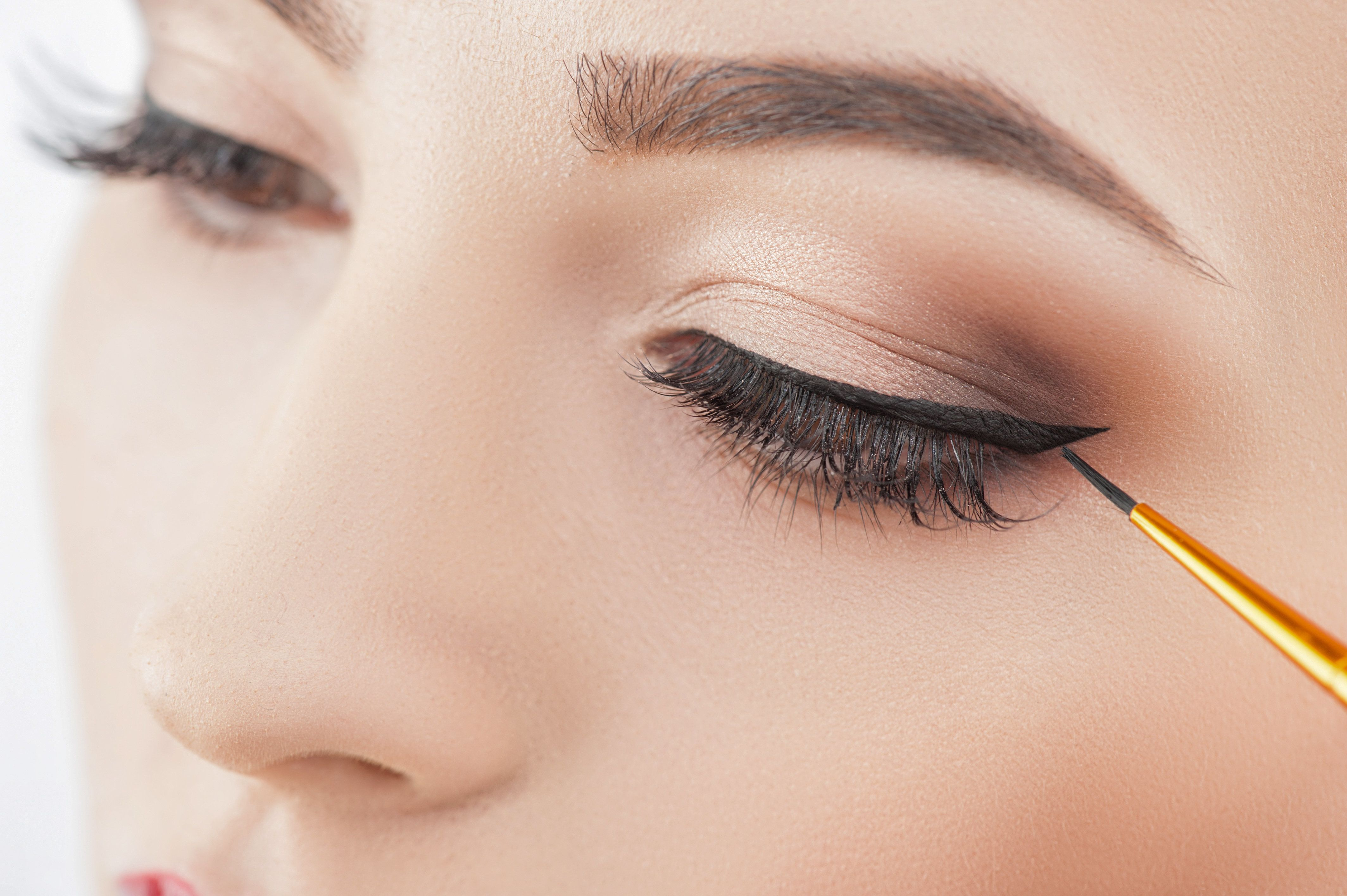 Using A Hair Pin To Perfectly Apply Winged Eyeliner Is The Game Changer We've All Been Waiting