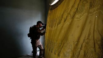 A member of Iraqi Counter Terrorism Service (CTS) forces looks at the positions of Islamic State militants during clashes in western Mosul, Iraq, May 15, 2017. REUTERS/Danish Siddiqui